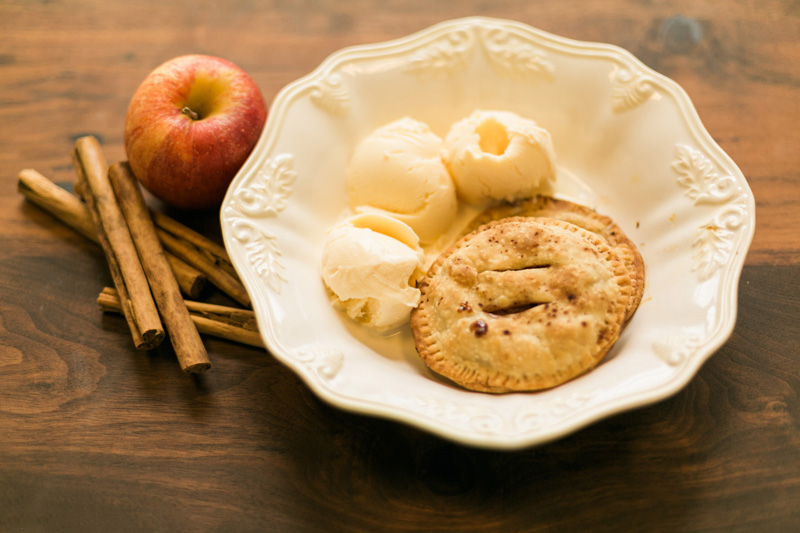 Yummy fall treat: Mini Apple Pie Recipe // www.thinkelysian.com